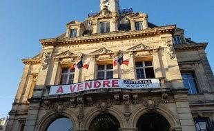 La mairie de Frontignan a mis en vente vendredi son hôtel de ville pour dénoncer les baisses de dotation de l'Etat.