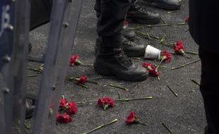 Des fleurs devant les pieds de policiers turcs faisant barrage devant la discothèque Reina où une attaque terroriste a fait 39 victimes et 65 blessés lors des célébrations du Nouvel An à Istanbul.