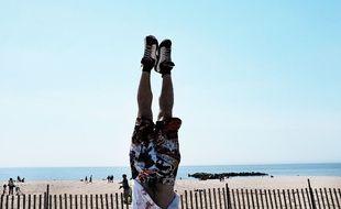Un homme fait de l'exercice sur la plage, à New York (image d'illustration).