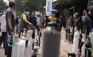 A Jakarta, en Indonésie, les habitants font la queue pour remplir leurs réservoirs d'oxygène dans une station-service, le lundi 5 juillet 2021.