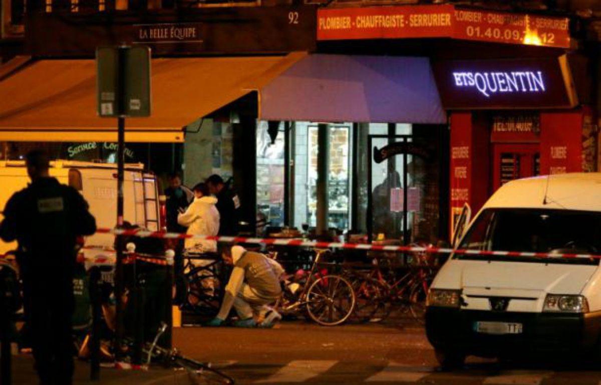Des enquêteurs rue de Charonne le 14 novembre 2015 après les attaques terroristes à Paris – JACQUES DEMARTHON AFP