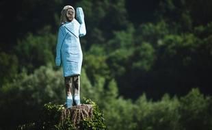 De top-modèle à tête de bûche, la drôle de statue de Melania Trump dans sa Slovénie natale.