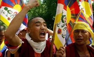Des milliers de Tibétains en exil en Inde ont protesté mercredi dans la capitale New Delhi au moment où la Chine lançait à Pékin le compte à rebours des jeux Olympiques, un an exactement avant leur ouverture.