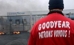 Plusieurs centaines de salariés de l'usine de pneumatiques Goodyear d'Amiens-Nord, menacée de fermeture, ont manifesté mercredi dans les rues d'Amiens et bloqué le dépôt du site, a-t-on appris de sources concordantes.