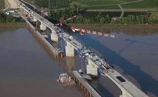 Travaux de construction du viaduc de la Dordogne sur la LGV Tours-Bordeaux