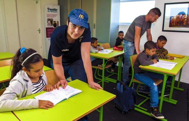 Thomas, un élève ingénieur équipier au McDo Basso Cambo, dans le quartier du Mirail, lors d'une sessions d'aide aux devoirs.