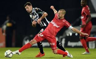 Angers' French midfielder Thomas Mangani (L) vies for the ball with Guingamp's French midfielder Lionel Mathis  (R) during the French L1 football match between Angers (SCO) and EA Guingamp, on October 24 2015, in Jean Bouin Stadium, in Angers, western France. AFP PHOTO / JEAN FRANCOIS MONIER