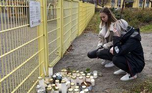 Des étudiants se recueillent à proximité du parc où un enfant de 3 ans a été poignardé par son père, en Finlande.