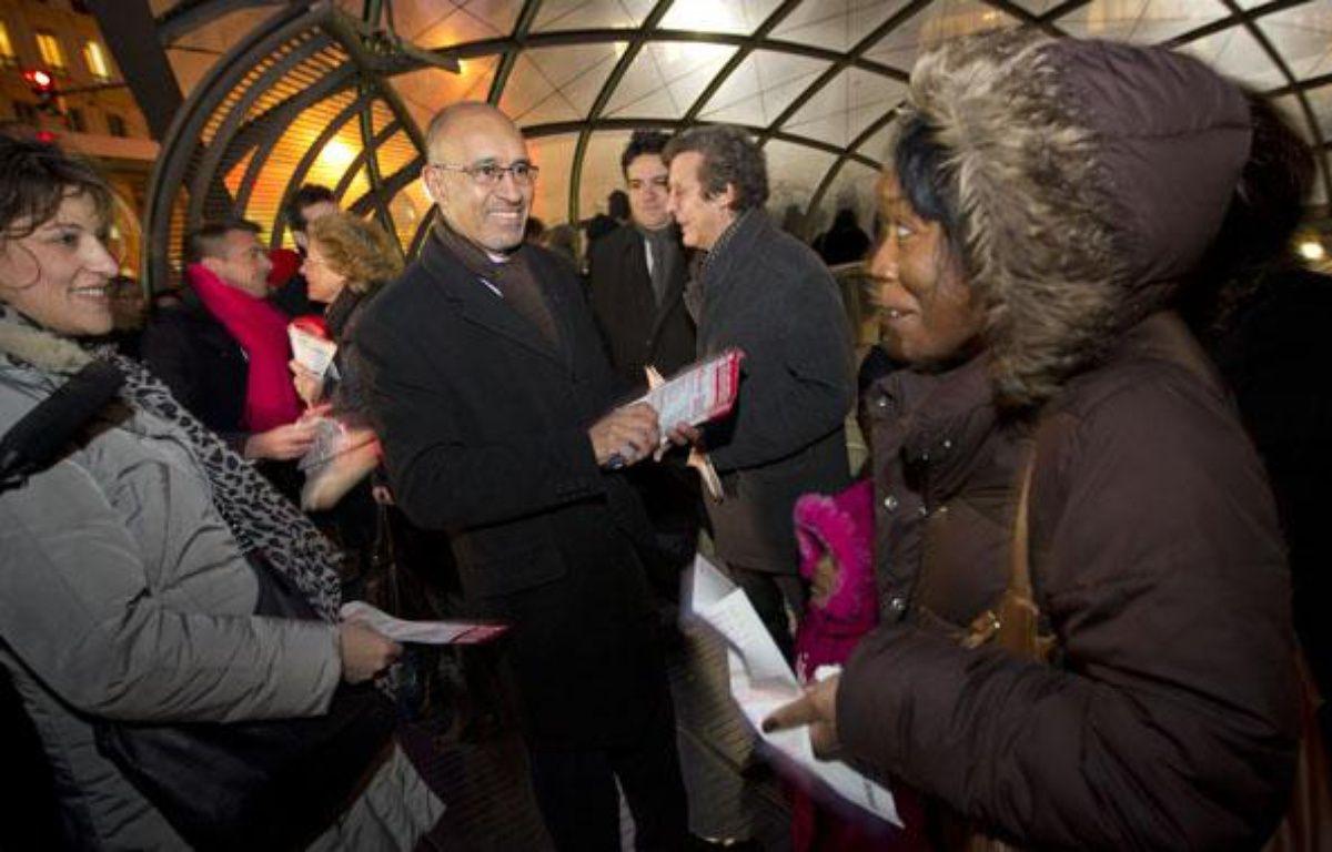 Harlem Désir, Premier secrétaire du Parti socialiste, distribue des tracts décrivant l'action du gouvernement Ayrault le 9 janvier 2013 à St Lazare. – A. GELEBART / 20 MINUTES