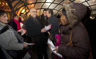 Harlem Désir, Premier secrétaire du Parti socialiste, distribue des tracts décrivant l'action du gouvernement Ayrault le 9 janvier 2013 à St Lazare.