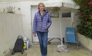 Marie-Laure, 33 ans, devant son pavillon où elle ne peut désormais plus rentrer