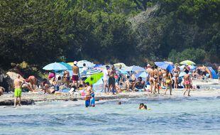 Une plage en Corse-du-sud fin juillet et pleine à craquer.