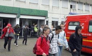 Trois collégiens ont été sérieusement blessés lundi matin dans leur établissement à Meyzieu (banlieue de Lyon) par des coups de couteau portés par un de leurs camarades, qui a été interpellé peu après les faits.