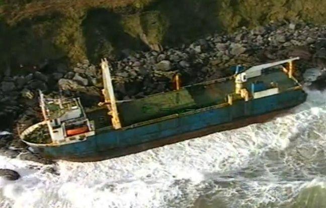 Tempête Dennis: Un cargo fantôme s'échoue en Irlande