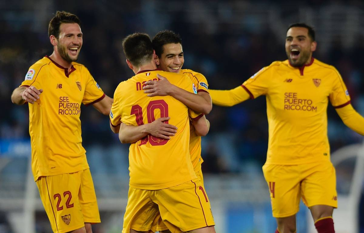 Dans les bras de Samir Nasri, Wissam Ben Yedder fête l'un de ses trois buts inscrits avec le FC Séville face à la Real Sociedad, le 7 janvier 2017 au stade Anoeta de Saint-Sébastien. – M. Riopa / AFP