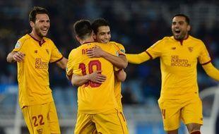 Dans les bras de Samir Nasri, Wissam Ben Yedder fête l'un de ses trois buts inscrits avec le FC Séville face à la Real Sociedad, le 7 janvier 2017 au stade Anoeta de Saint-Sébastien.