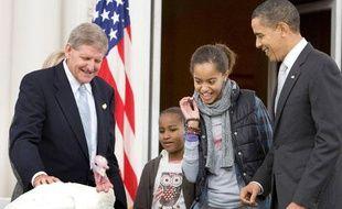 Malia Obama (2e D), la fille du président américain Barack Obama est effrayée par Courage, la dinde graciée cette année lors de la traditionnelle cérémonie de Thanksgiving à la Maison Blanche, Washington, le 25 novembre 2009.