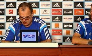 Marcelo Bielsa et son interprète Fabrice Olszewski en conférence de presse.