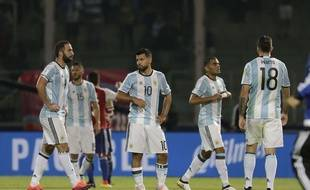 Les Argentins quittent la pelouse après leur défaite contre le Paraguay le 11 octobre 2016.