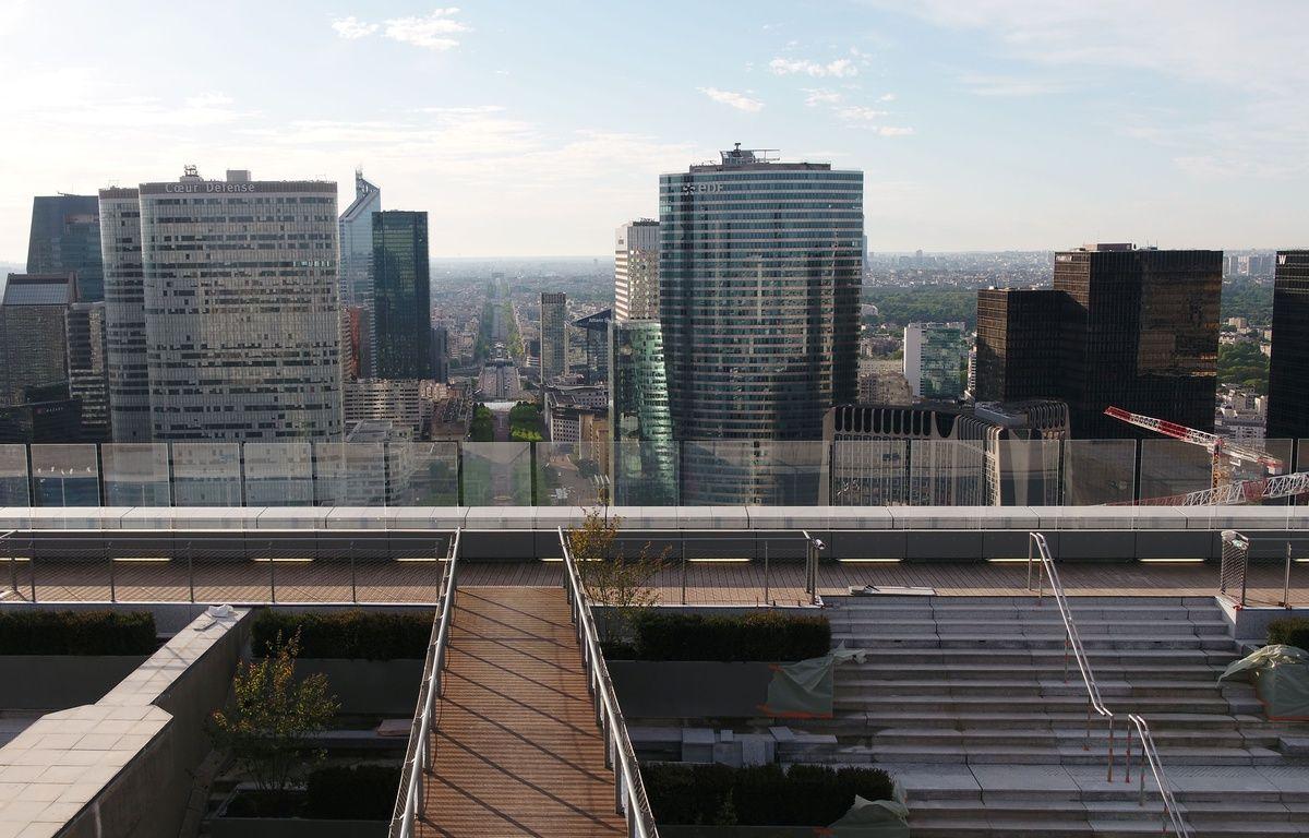 Paris, mai 2017. Vue du toit de la Grande arche de la Défense, prise d'un drone.  – Valode & Pistre
