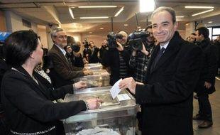 """Le vote des adhérents pour désigner un nouveau chef à l' UMP s'avérait très serré dimanche entre Jean-François Copé et François Fillon et l'ambiance s'est tendue dans la soirée, le camp Copé dénonçant des """"irrégularités"""" à Nice et à Paris."""