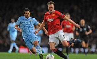 Le défenseur de Manchester United Phil Jones contre l'attaquant de City Sergio Aguero lors du derby mancunien le 30 avril 2012.