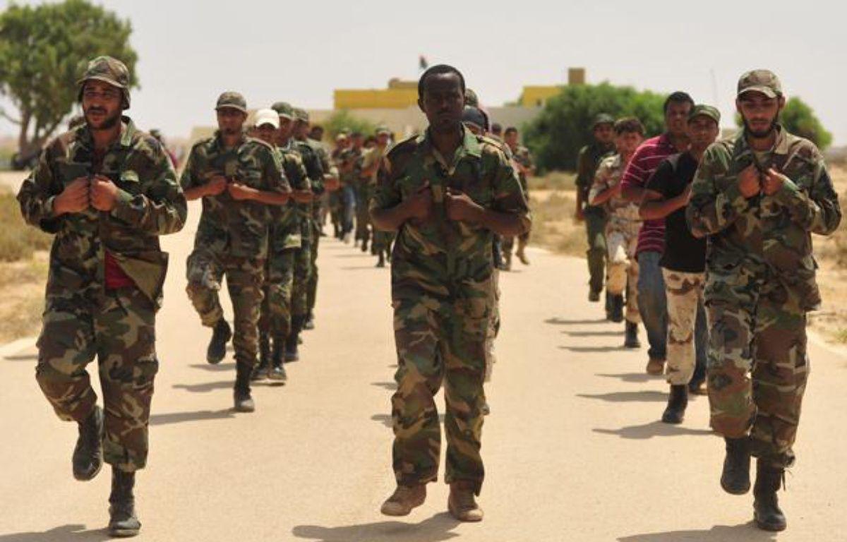Des civils qui ont rejoint les rangs des rebelles s'entraînent à Geminis, en Libye, le 7 juillet 2011. – REUTERS/Esam Al-Fetori