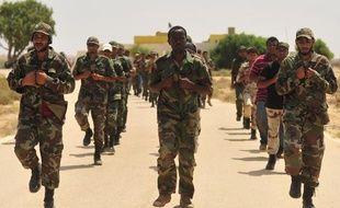 Des civils qui ont rejoint les rangs des rebelles s'entraînent à Geminis, en Libye, le 7 juillet 2011.