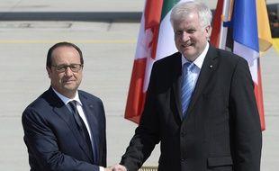 François Hollande serre la main au  ministre-président de Bavière Horst Seehofer à son arrivée à l'aéroport de Munich en Allemagne pour le G7, le 7 juin 2015.