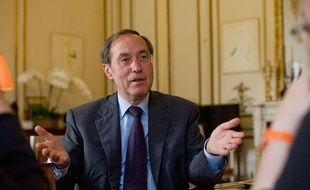 Le ministre de l'Intérieur, Claude Guéant, répond aux questions des journalistes de «20 Minutes», place Beauvau, le 1er juillet 2011.