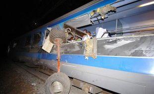 Image du train qui a déraillé après avoir heurté une remorque chargée de balles de foin accidentellement tombée sur la voie au niveau de la commune de Boisseuil, près de Limoges.