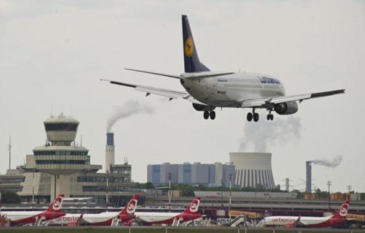 """La compagnie aérienne allemande Lufthansa, soucieuse de limiter son endettement, prévoit la cession de sa filiale de catering LSG Sky Chefs, rapporte lundi le Financial Times Deutschland, ce qu'un porte-parole du groupe a toutefois qualifié de """"spéculation"""". – John Macdougall afp.com"""