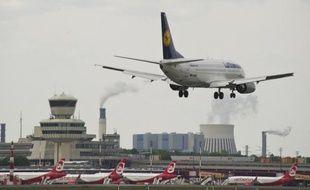 """La compagnie aérienne allemande Lufthansa, soucieuse de limiter son endettement, prévoit la cession de sa filiale de catering LSG Sky Chefs, rapporte lundi le Financial Times Deutschland, ce qu'un porte-parole du groupe a toutefois qualifié de """"spéculation""""."""