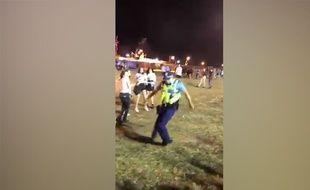 Un policier se lâche pendant un festival Techno