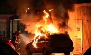 Un voiture en feu dans un quartier de Toulouse. Illustration.