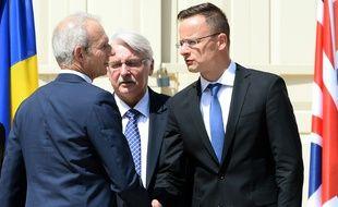 Le ministre britannique des Affaires européennes David Lidington (g) salue ses homologues hongrois et polonais à Varsovie le 27 juin 2016