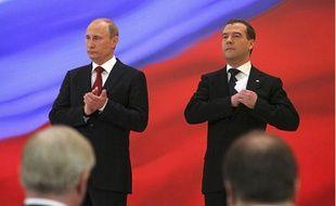 Le nouveau président russe, Vladimir Poutine (G) et son prédécesseur, Dmitri Medvedev, lors de la cérémonie d'investiture du nouveau président au Kremlin, à Moscou, le 7 mai 2012.