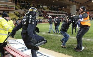 Une centaine de supporters bastiais a envahi la pelouse après la demi-finale de la coupe de la Ligue Monaco-Bastia, le 4 février 2015.