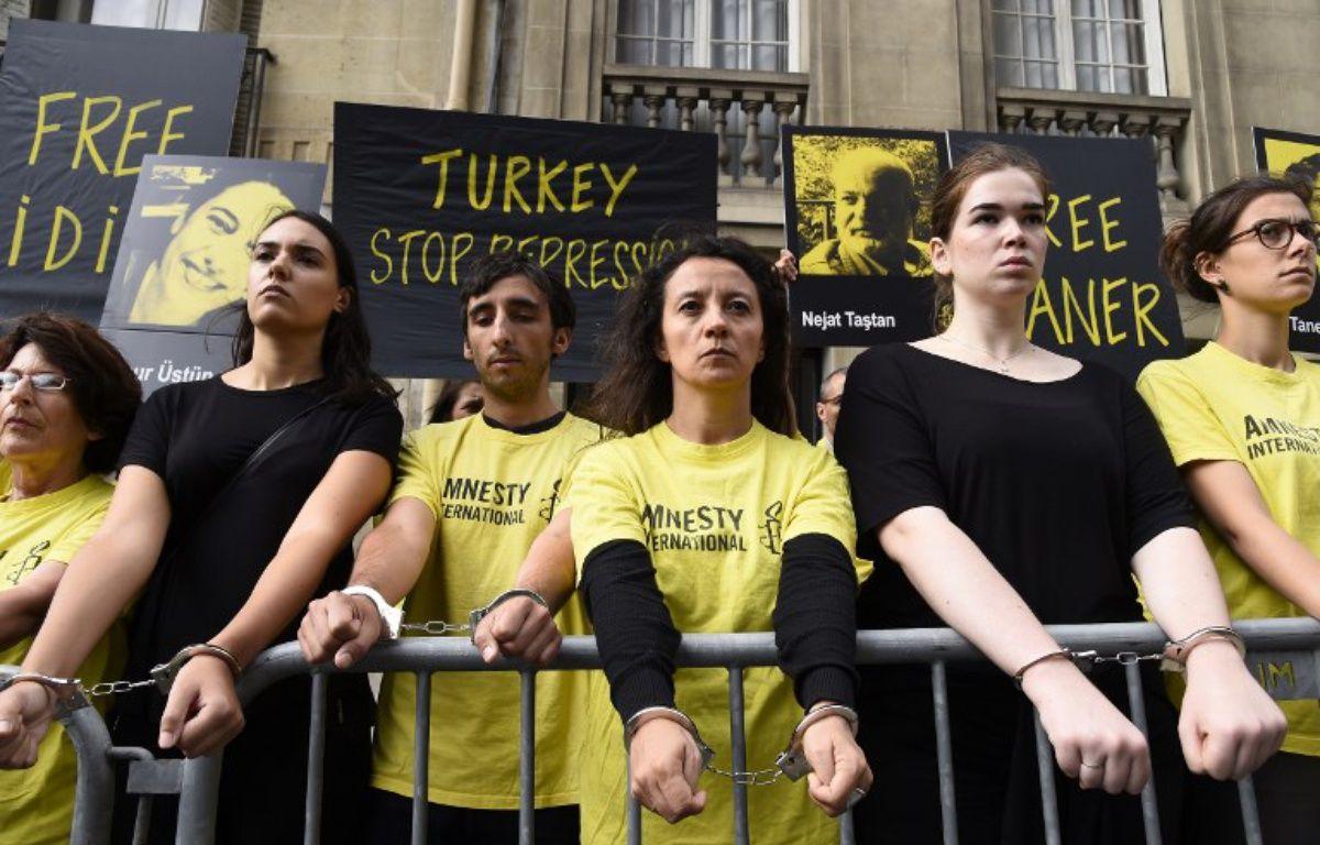 Une cinquantaine de militants d'Amnesty international ont manifesté devant l'ambassade de Turquie à Paris – BERTRAND GUAY / AFP