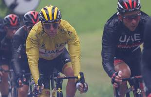 Le Slovène Tadej Pogacar de l'équipe UAE Emirates portant le maillot jaune de leader du classement général lors de la 9e étape du Tour de France entre Cluses et Tignes, le 04 juillet 2021.