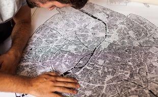 Dans son atelier, Emilie Ettori croque les différents quartiers de Paris vus du ciel.