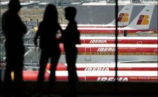 Après des mois de rumeurs, la compagnie aérienne britannique British Airways a entamé des manoeuvres en vue de s'emparer de l'espagnole Iberia, pour créer un nouveau grand acteur dans le ciel européen, où les compagnies luttent pour grossir.