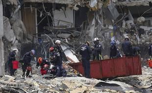Les recherches ont continué le 26 juin dans les gravas de l'immeuble effondré à Surfside près de Miami.