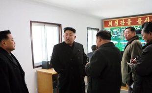 Photo non datée fournie par l'agence officielle d'informations de Corée du Nord, montrant le dirigeant du pays, Kim Jong-Un, à Pyongyang, dans une ferme