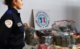 Illustration : un agent de police devant une saisie de 400kg de cannabis à Marseille, en octobre 2015.