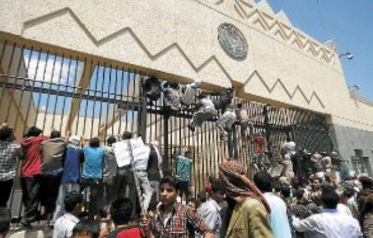 Des manifestants attaquent l'ambassade américaine à Sanaa au Yémen, jeudi. –  H. MOHAMMED / AP / SIPA