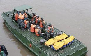 Des secouristes transportent les corps des victimes du naufrage de l'Etoile de l'Orient à Jianli le 3 juin 2015