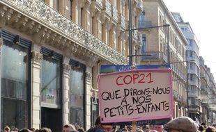 Des manifestants forment une chaîne humaine et défilent pour le climat, le 29 novembre 2015 au centre de Toulouse.