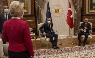 Ursula von der Leyen devant ses deux homologues masculins, mais sans siège, mardi, à Ankara.