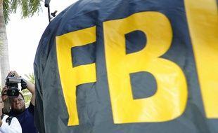 Le logo FBI de la veste d'un policier de l'agence fédérale américaine.